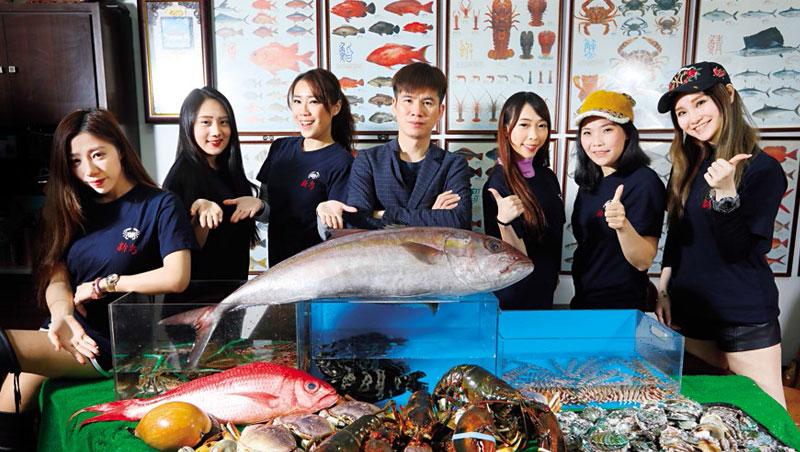 黃湧勝領軍的海鮮少女團,平常除了背上百種海鮮種類與價格,也要對客人的名字、喜好瞭若指掌。