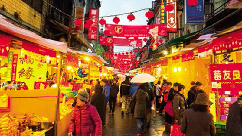 台北市販賣南北貨的迪化街在農曆年期間的年貨市集。