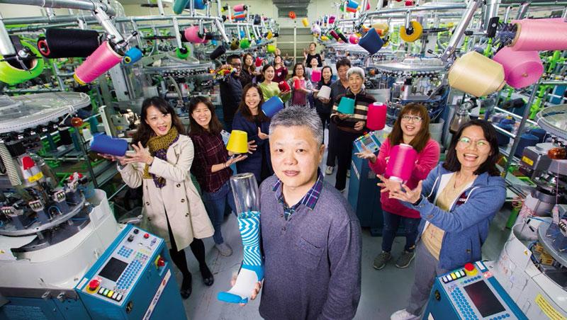 英特柏嵐創辦人許孟得背後是襪廠罕見的超大型紗線倉庫,上千種顏色紗線,甚至比大盤商還齊全。