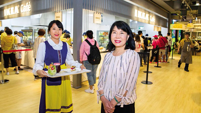台灣宜家餐飲部總監藍美珠(右)說,近2年餐飲同店銷售額增近3成,關鍵是融入在地菜色,提高消費頻率。