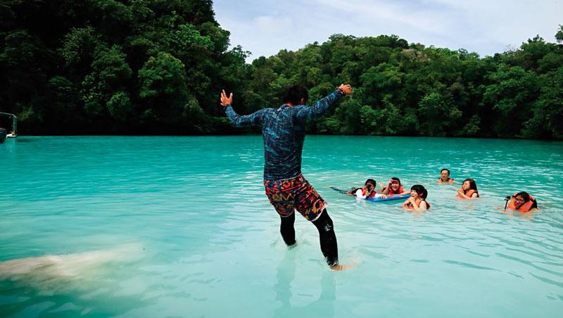 純天然白泥_位於洛克群島的牛奶湖因色澤呈乳白色得名。泡在湖裡半晌,湖水帶有淡淡硫磺與鹹味。