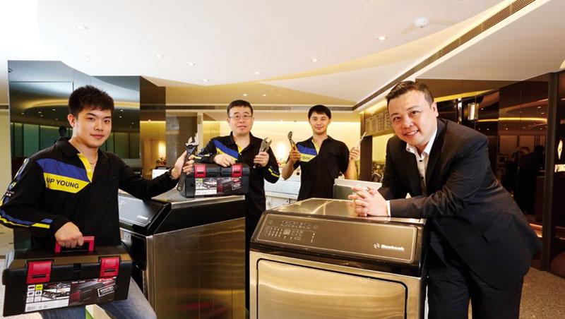 上洋產業董事長:吳明富、執行長:吳國華(右1)