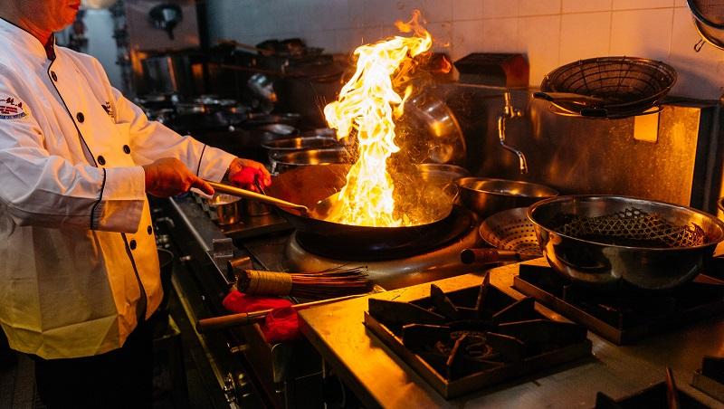 高中畢業後不懂一句英文,他如何當到美國名餐廳大廚?一位總鋪師的人生啟示