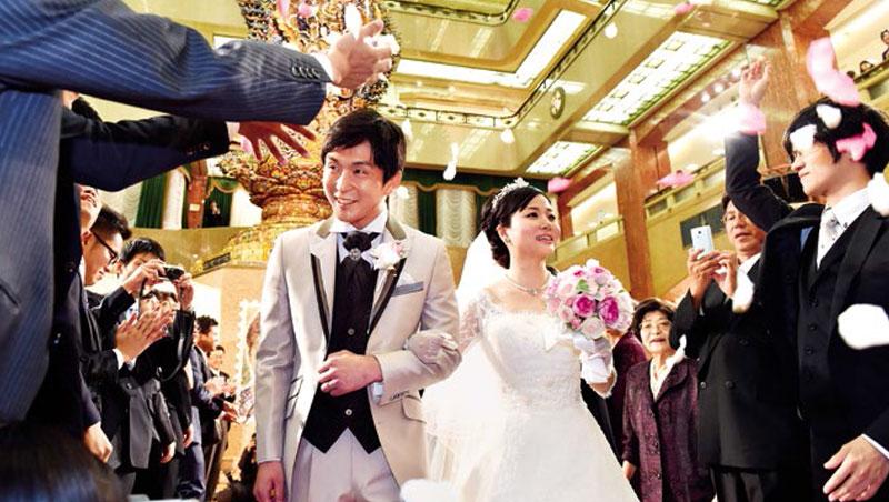 日本朝代更迭,讓一批原本不愁打光棍的王老五突然「覺醒」,甚至焦慮到急著找伴步入禮堂。