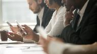 開會時,你手機螢幕會朝上或朝下?不想影響工作專業度,戒掉5個容易犯的「手機病」