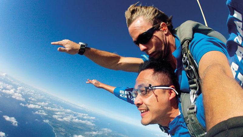 在關島挑戰高空跳傘,和身後的教練一起跳下飛機,體驗被地心引力牽引的刺激感。