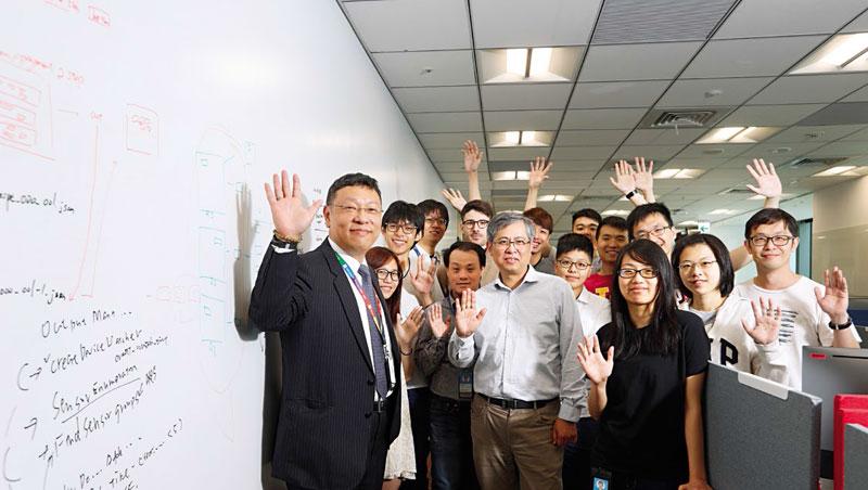 台灣微軟AI研發中心執行長張仁炯(左1)帶領的團隊,有新鮮人、20年資歷工程師、總部來的研究員,還有清大教授。