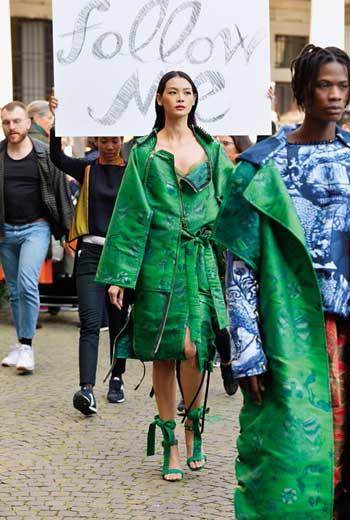 記者現場直擊名模林嘉綺身穿台廠服飾走秀,瞬間米蘭大學抗議人潮湧現,活動險些變調。