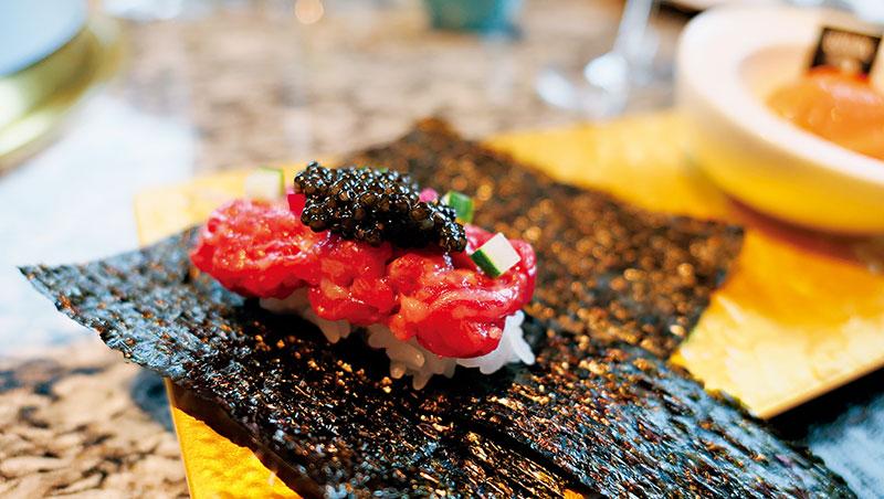 和牛47 名為「名物」的前菜三品,集合了歐洲百年魚子醬、俄國沙皇御用冷燻鮭魚,以及剁碎的日本和牛生肉,乾杯集團董事長平出莊司就想做出頂級燒肉的氣勢。