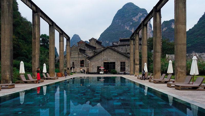 寶藍色的泳池和周遭山景相輔相成,兩邊保留下的舊工業輸送帶則增添氣派。