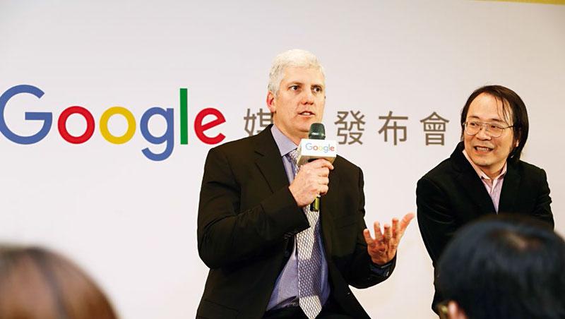 Google在台已有逾2,000名員工,今年3月,裝置與服務資深副總裁歐斯特羅(左)來台,與台灣區董事總經理簡立峰(右)宣布將再徵上百人。