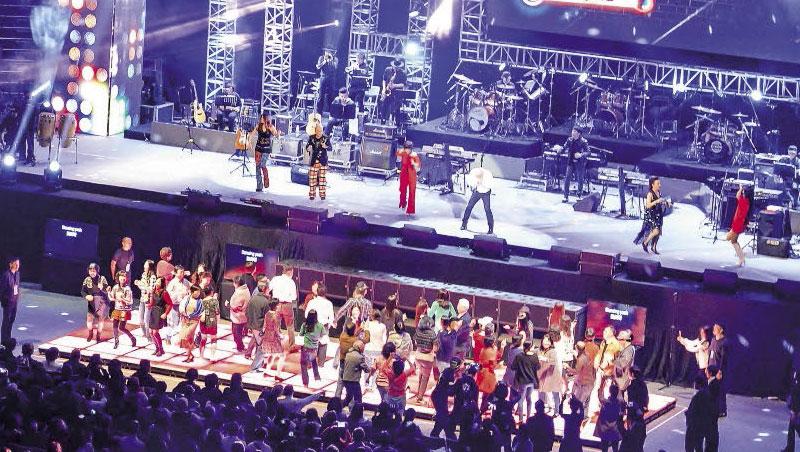 在台北舉行的「青春旋律」演場會總將開唱時間訂於下午兩點,貼心中南部聽眾。該有的舞池也是必備。