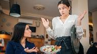 客人以為飲料壞掉暴怒,服務生這樣做讓他道歉…心理專家看對付奧客心法