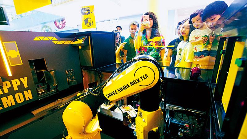 用機器人吸睛!上海日月光中心有二十多家茶飲店,其中快樂檸檬的智慧店,大批民眾嘗鮮。
