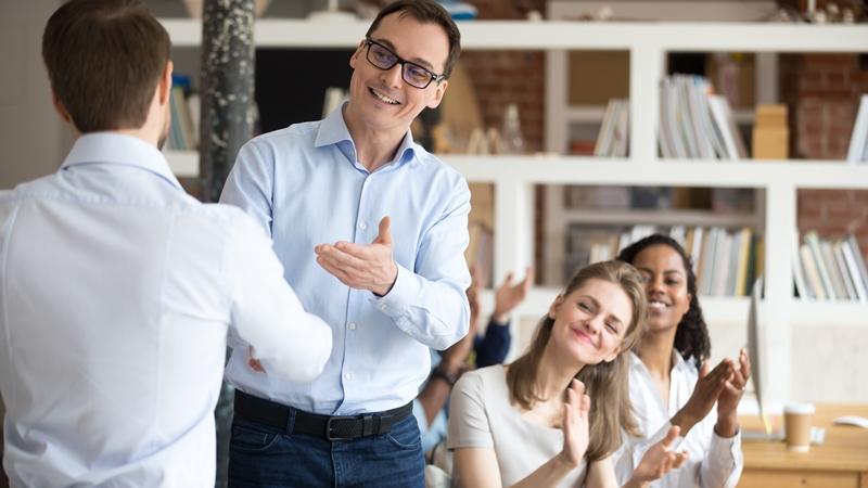 34個稱讚同事的英文字》competent形容別人能幹、dependable形容別人可靠