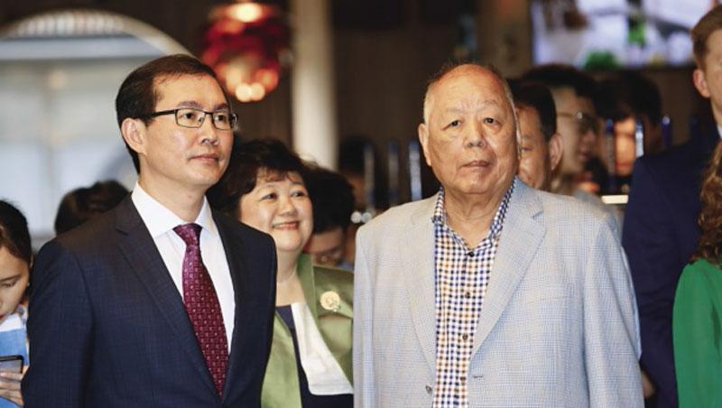 高齡81歲的金車創辦人李添財(右),罕見與兒子李玉鼎(左)合體出席金車燒肉店開幕,從他坐鎮全場,不難看出對這次轉型的重視。