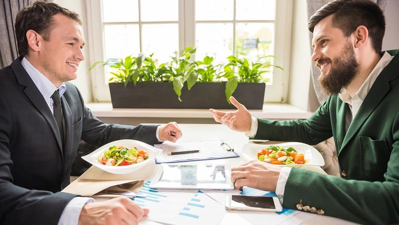 飯局中談重要話題,何時切入最好?美禮儀專家:和老闆、客戶吃飯必懂6件事