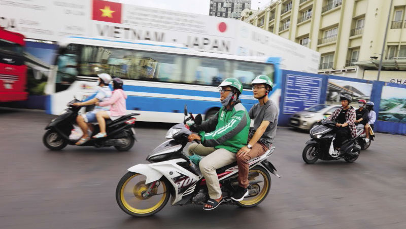 文化適應是台幹首要課題,如:自在的搭乘計程摩托車。
