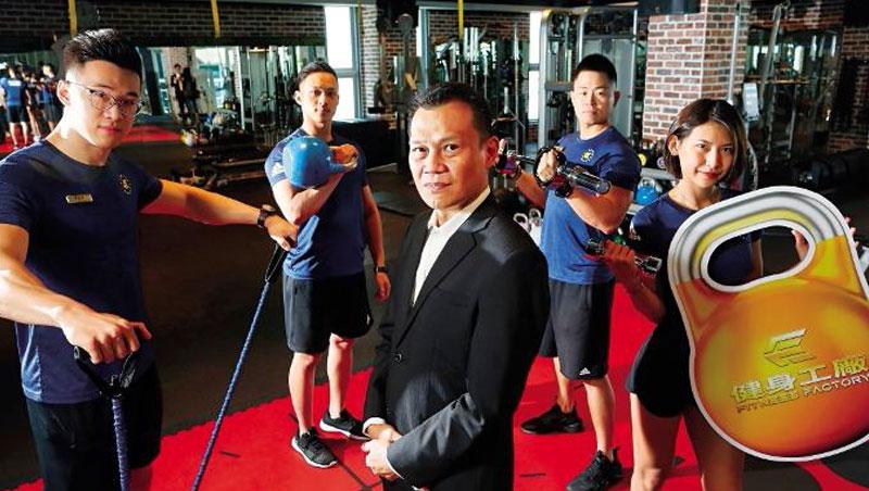 柏文董事長陳尚義(中)坦言,創業初期消費者不看好、銀行也拒接生意,他們從教練抽成制度來扭轉市場信心。