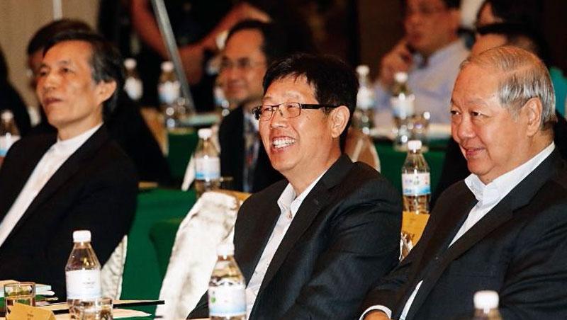 郭台銘曾說「半導體我們一定會做!」而劉揚偉(中)就是被他委以重任的執行者,成為接棒鴻海董座最熱門人選。