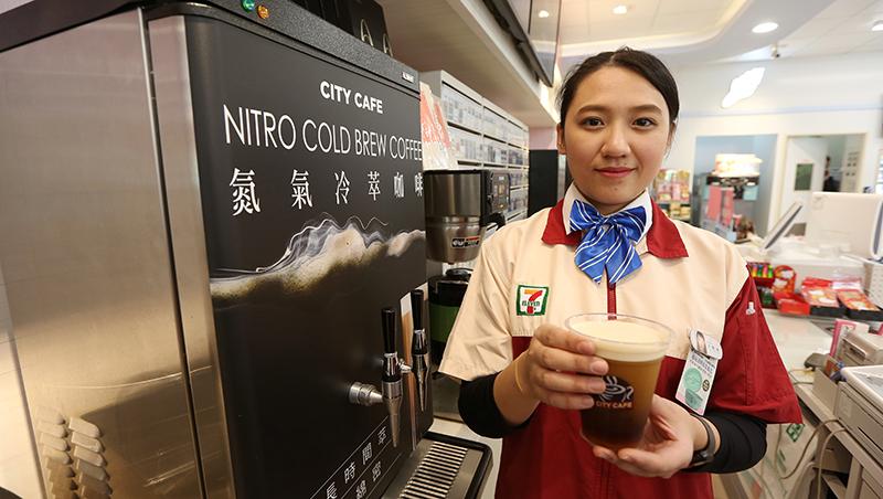 7-11不跟進全家跨店寄杯咖啡,真的是擔心金流?從財報看懂背後決策關鍵