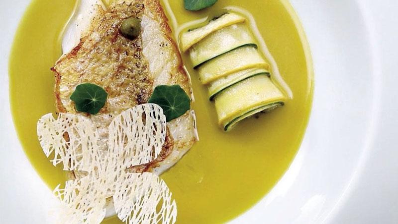 巧妙結合了地中海橄欖醬與潮州欖菜的「馬頭魚配魚骨橄欖醬與東方欖葉」,最能說明劉韻棋的料理,在東西方文化激盪下取得一個完美的平衡。