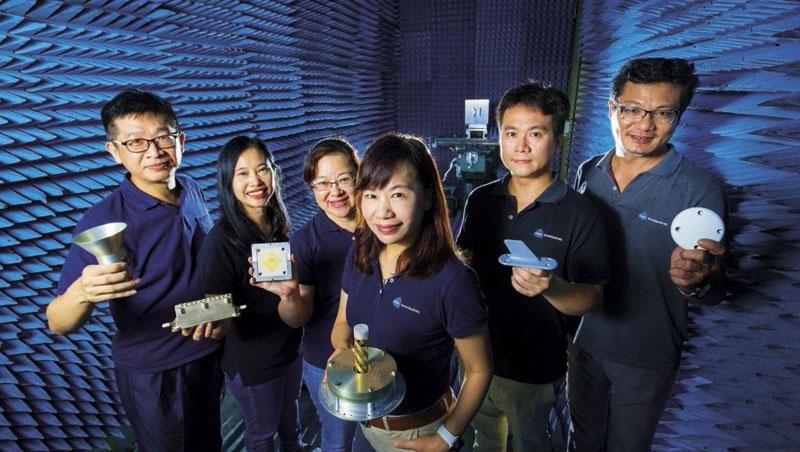 芳興總經理李袗華(右3)在通訊業打滾十多年,購併勝利微波後,她在衛星產業外,瞄準市場規模數千億元的5G、汽車雷達等市場。