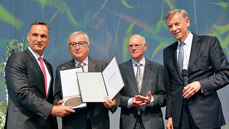 西蒙(右)因提出隱形冠軍概念聞名國際,身為知名管理大師,他獲邀出席歐洲重要典禮,並授狀予歐盟執委會主席容克(左2)。