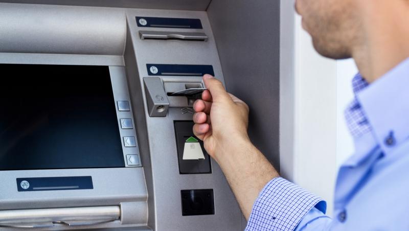 1個領導和管理的選擇題:銀行CEO路邊領錢,發現自家ATM壞了,要報修嗎?