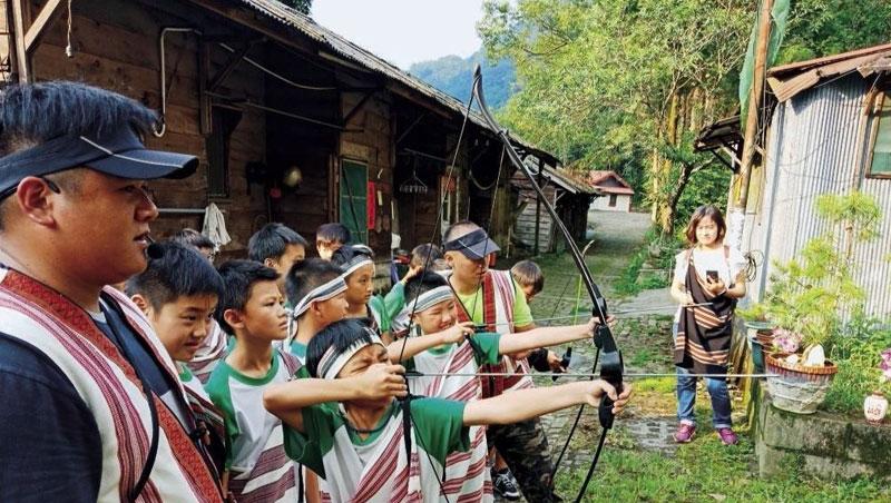 模仿是泰雅族兒童學習獵人文化的方式,傳承父親經驗,旅客可在松鶴部落體驗模擬狩獵