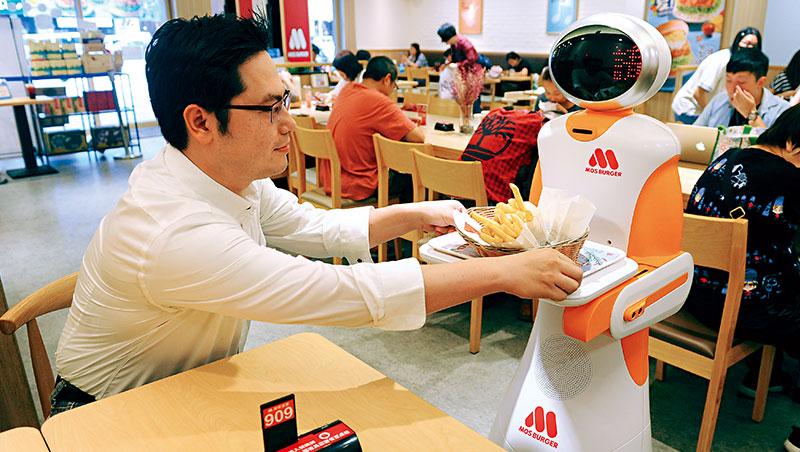 客人點完餐後會拿到號碼牌,摩斯機器人就會自動跟到桌前把餐點送上。