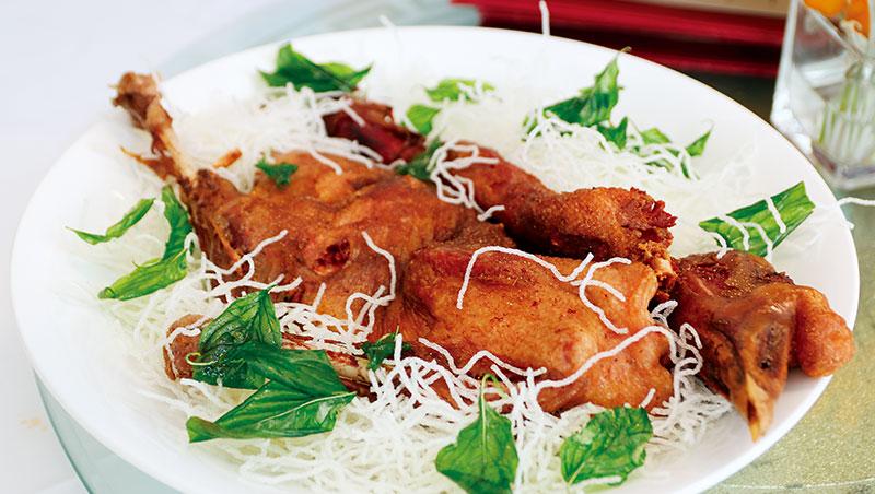 當日在大班樓所享用菜色,最難忘當屬雞油花雕蒸花蟹與樟茶鵝。
