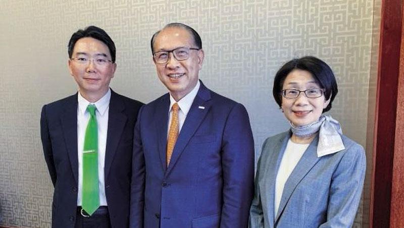 創辦人卓永財(中)認為只有自己與總經理蔡惠卿(右)一同退居二線,讓卓文恆(左)接班,「在其位,謀其政」才會有效。