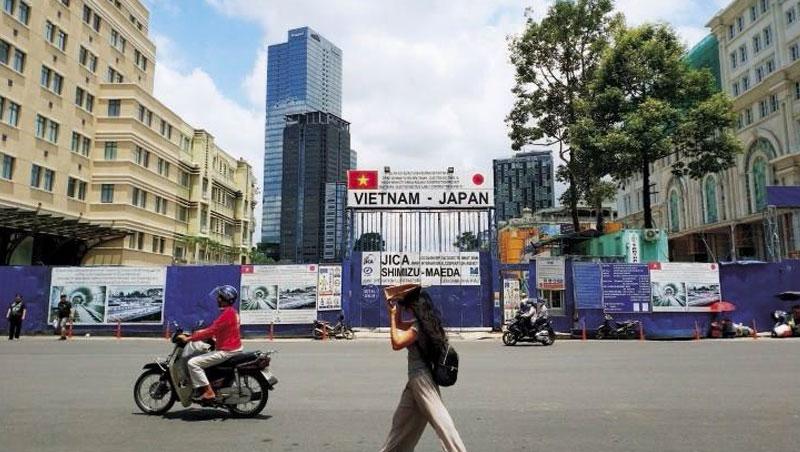 日本政府資助越南蓋地鐵,連帶將日本開發商、運輸系統商、營造商一併帶入越南,駐紮當地,形成產業群聚。