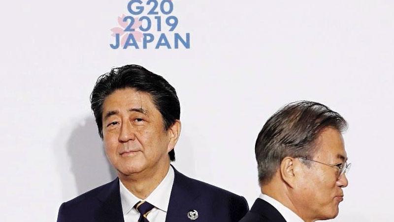 日本首相安倍晉三(左)與韓國總統文在寅(右),在G20高峰會相敬如「冰」,兩國爭端導致貿易戰爆發。
