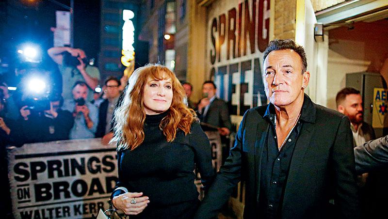 一年多以來,史普林斯汀夫妻在紐約百老匯劇場的閉門演唱超成功,甚至Netflix也乘機合作,錄製專屬節目。