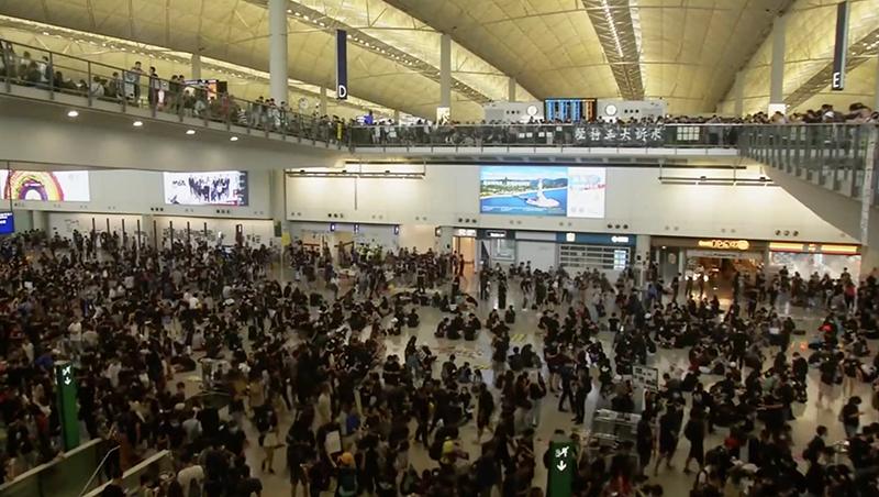 香港班機全面取消!反送中抗爭再升溫,民眾湧入機場抗議港警濫暴