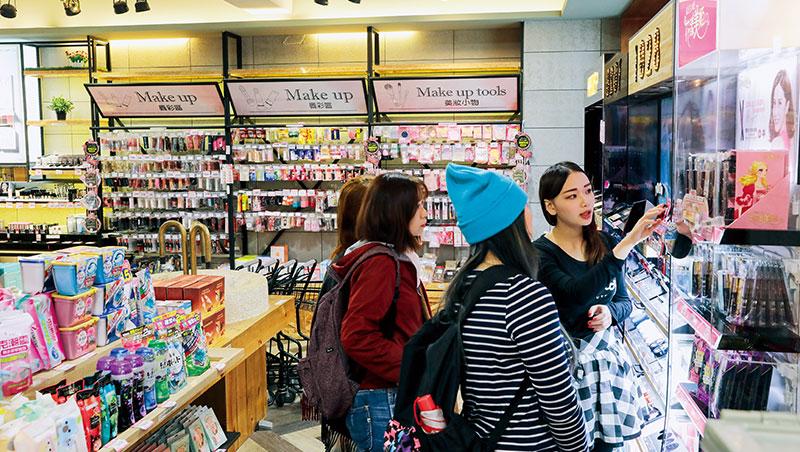 美妝競爭者眾,迫使86小舖將店面移往黃金地段,墊高租金成本,也加速線下店鋪虧損,預計在明年3月關閉所有實體店。