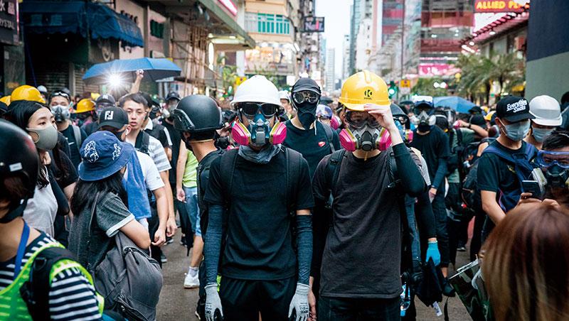 8月17日,抗爭者「流動」到旺角警署前。「你有全裝備嗎?」成了問候語,台灣五金行更意外成為採購據點。