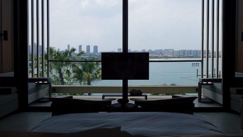 房間窗前就是海灣,所有家具配置都為這美景而設,電視反而可有可無了。