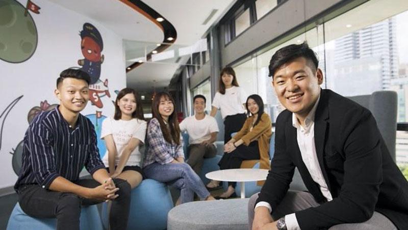 曾待過顧問業的黃康傑(右1),擅長快速拆解問題,他要用自己的價值帶領團隊成長:「我提供方法論,他們協助我落地。」