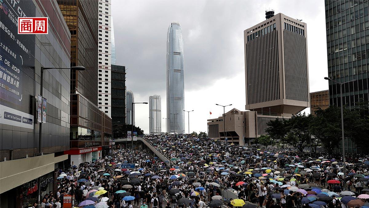 反送中風暴》港股大跌、房市雙降,阿里巴巴也不來了?7張圖,看香港經濟重災區