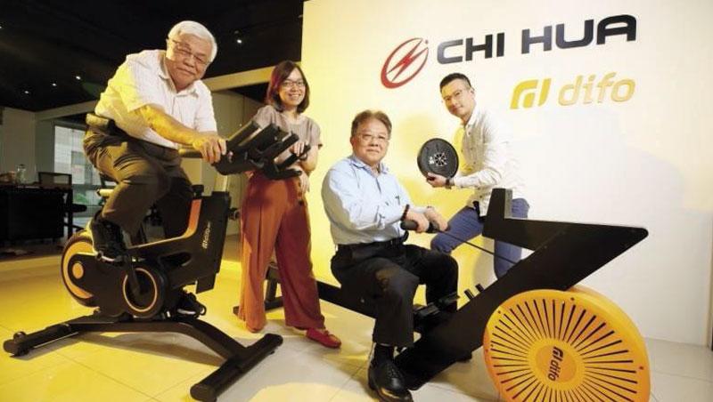 徐鉦鑑(右2)從機殼大王變身健身器材零件大王,並和總經理李穎哲(左1)一路開到健身房。