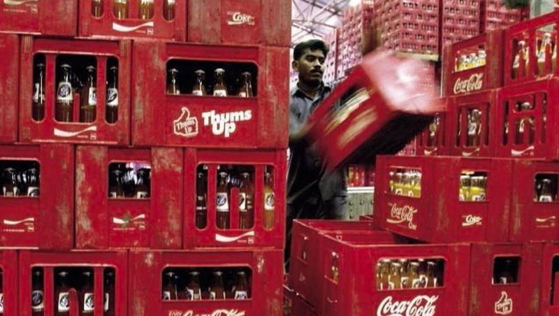 可口可樂等美國民生必需品類股,較不受貨幣戰影響,股價相對抗跌且配息優於債券。