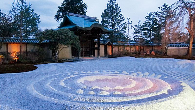 高台寺的「夜咄茶會」,體驗冬夜寒冷燭光幽玄的氛圍,享用兩杯薄茶、和菓子後才會將燈打開,之後還有高台寺夜遊導覽行程。