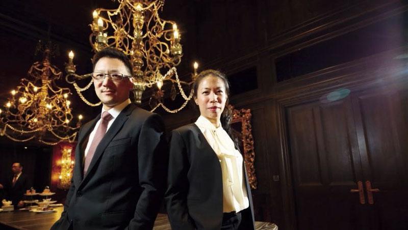 嘉新董事長張剛綸(左)與執行長王立心(右)帶65歲老水泥廠轉型,搶進沖繩當飯店王,兩人與IHG集團簽約,將蓋一座470間房的高級度假村。