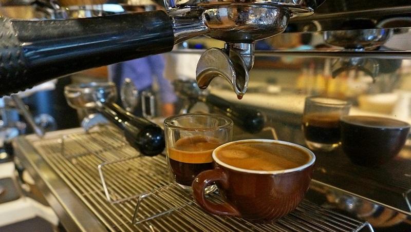 員工6個月離職、整桌客人點1杯...賣咖啡月賺百萬,台灣老闆談菲律賓創業眉角