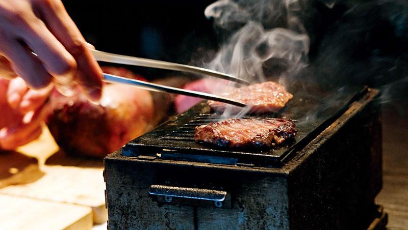 2.2坪、1年半後才吃得到...辭公務員,他建立「日本最難訂位」燒肉帝國